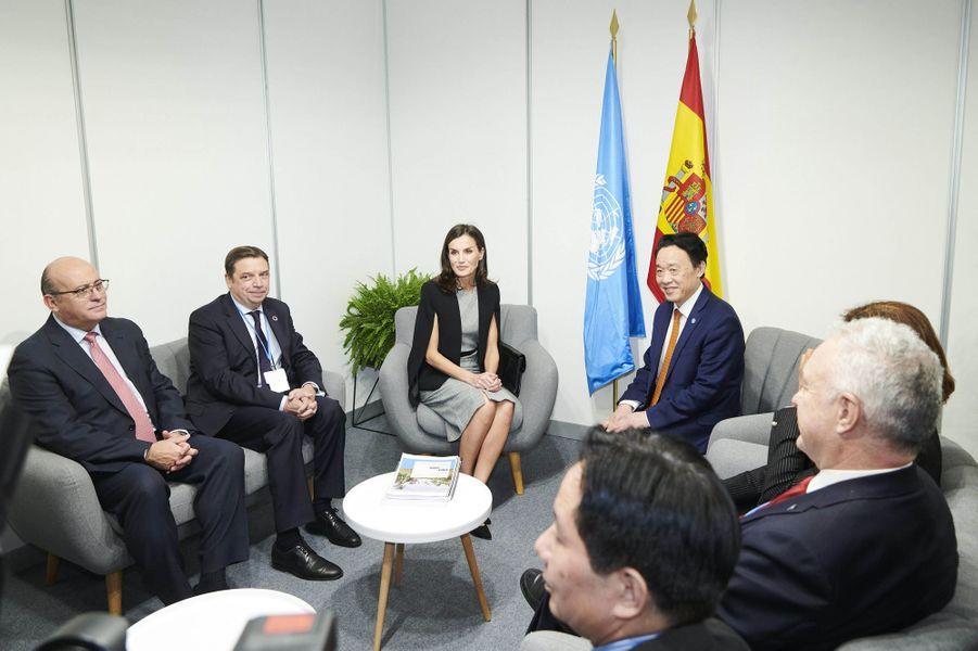La reine Letizia d'Espagne en réunion avec le Chinois Qu Dongyu, directeur général de la FAO, à Madrid le 11 décembre 2019