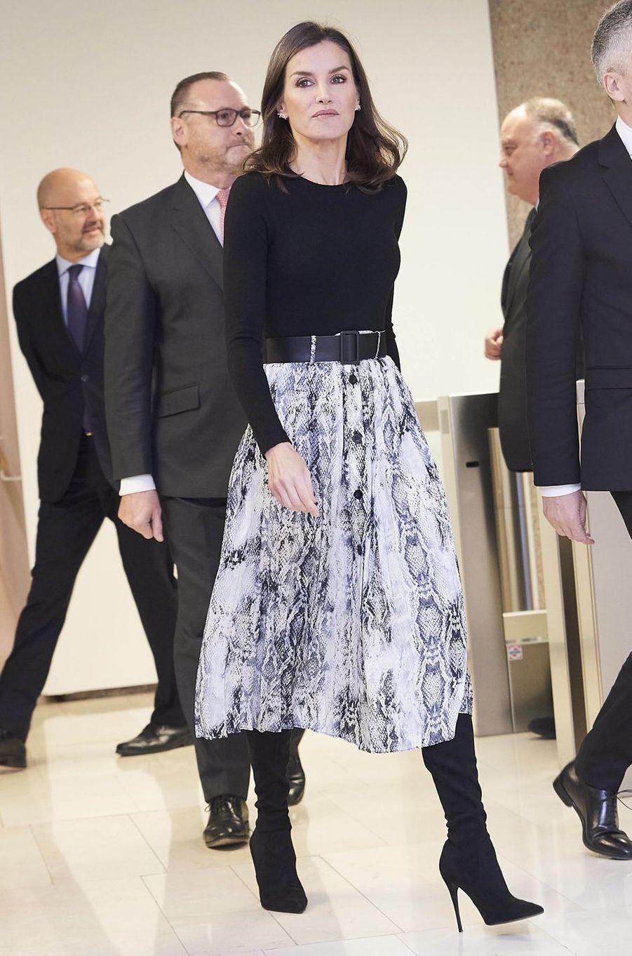 La reine Letizia d'Espagne dans sa jupe à imprimé serpent Zara à Madrid, le 12 décembre 2019