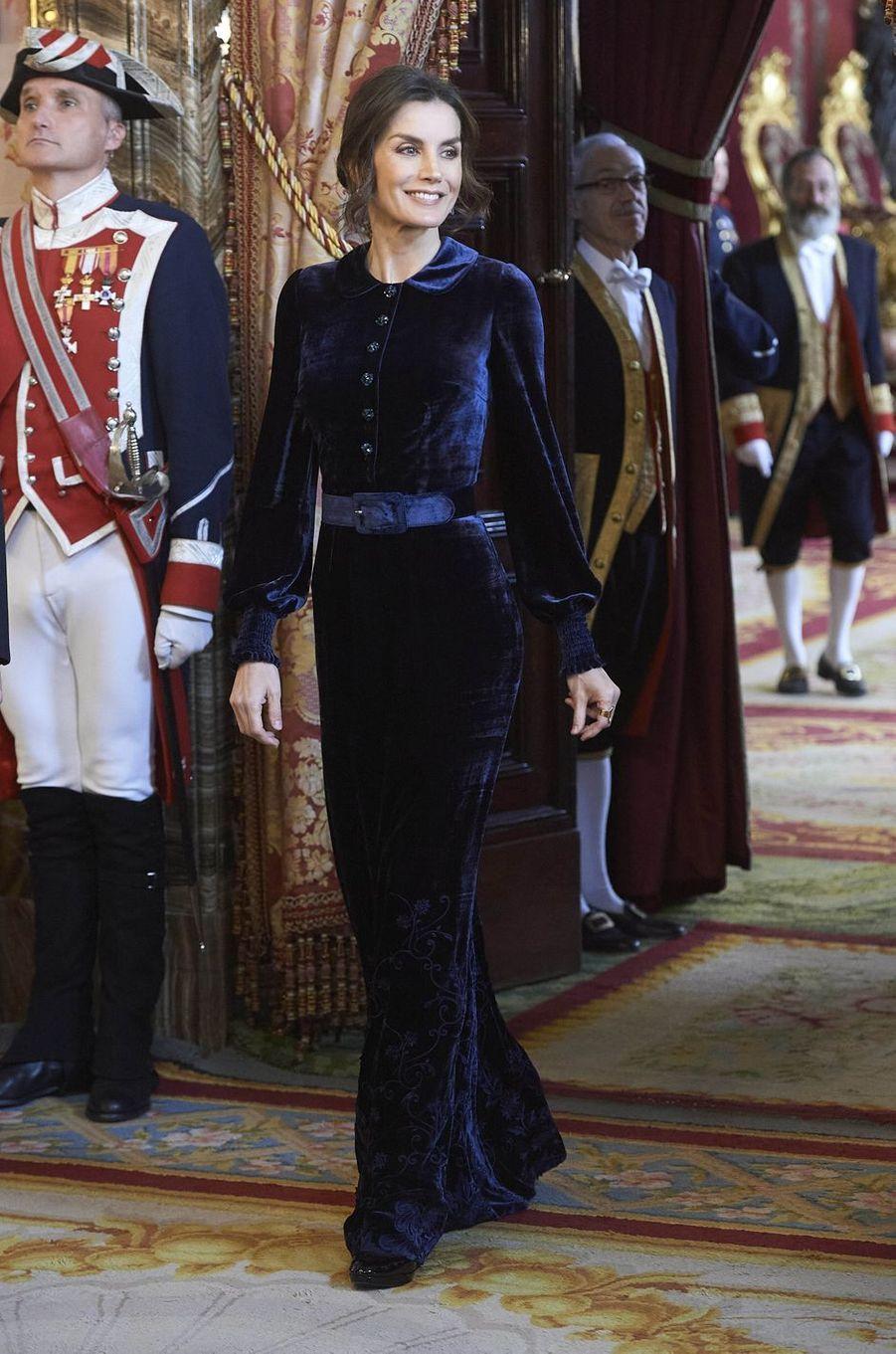 La reine Letizia d'Espagne dans une robe de Felipe Varela à Madrid, le 5 février 2020