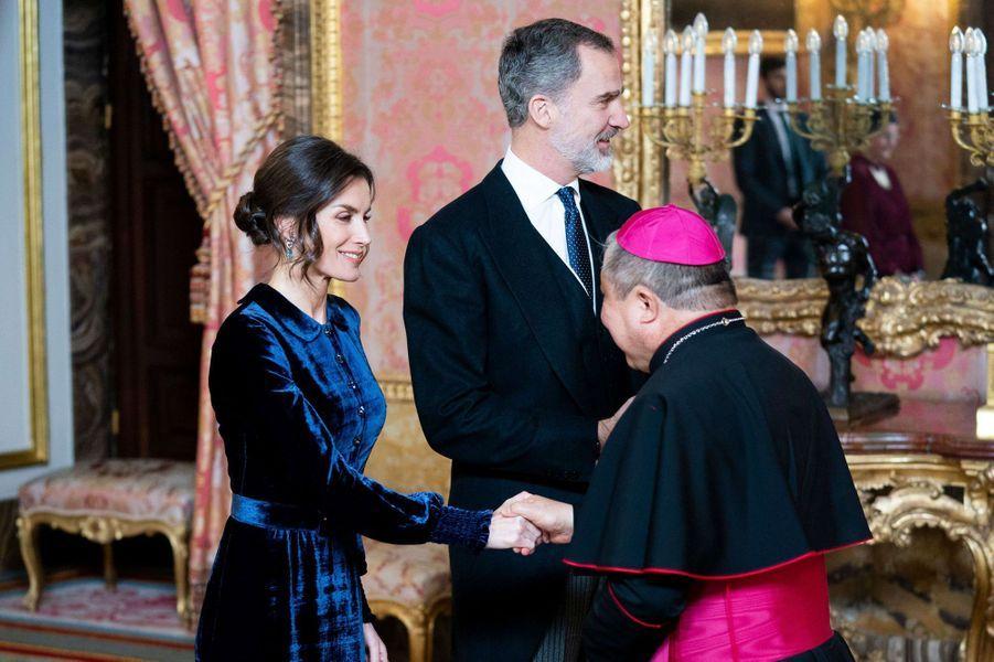 La reine Letizia et le roi Felipe VI d'Espagne avec le nonce apostolique Bernardito Auza à Madrid, le 5 février 2020