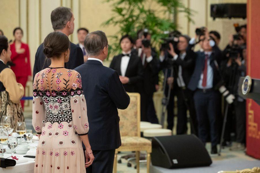 La reine Letizia, de dos, et le roi Felipe VI d'Espagne avec le couple présidentiel sud-coréen à Séoul, le 23 octobre 2019