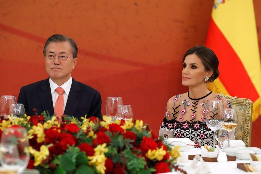 La reine Letizia d'Espagne avec le président de la Corée du Sud Moon Jae-in à Séoul, le 23 octobre 2019