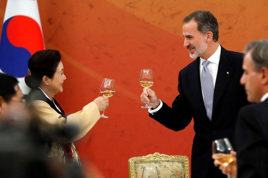 Le roi Felipe VI d'Espagne avec la First Lady de Corée du Sud Kim Jung-sook à Séoul, le 23 octobre 2019