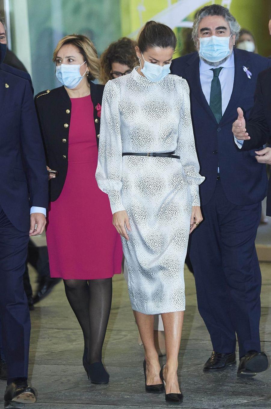 La reine Letizia d'Espagne dans une robe Cherubina à Séville, le 25 novembre 2020