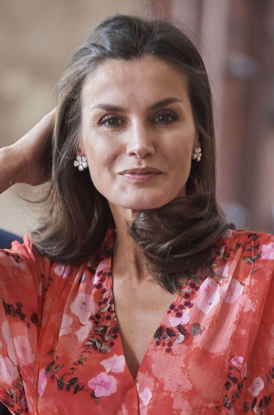 Les boucles d'oreille de la reine Letizia d'Espagne au monastère de Yuso à San Millán de la Cogolla, le 5 juillet 2019