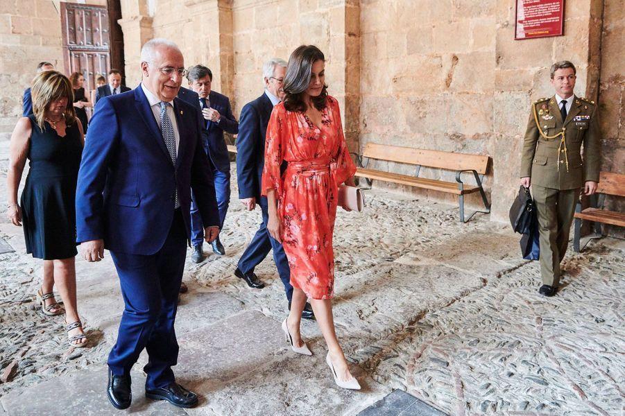 La reine Letizia d'Espagne, dans une robeAdolfo Dominguez, au monastère de Yuso à San Millán de la Cogolla le 5 juillet 2019