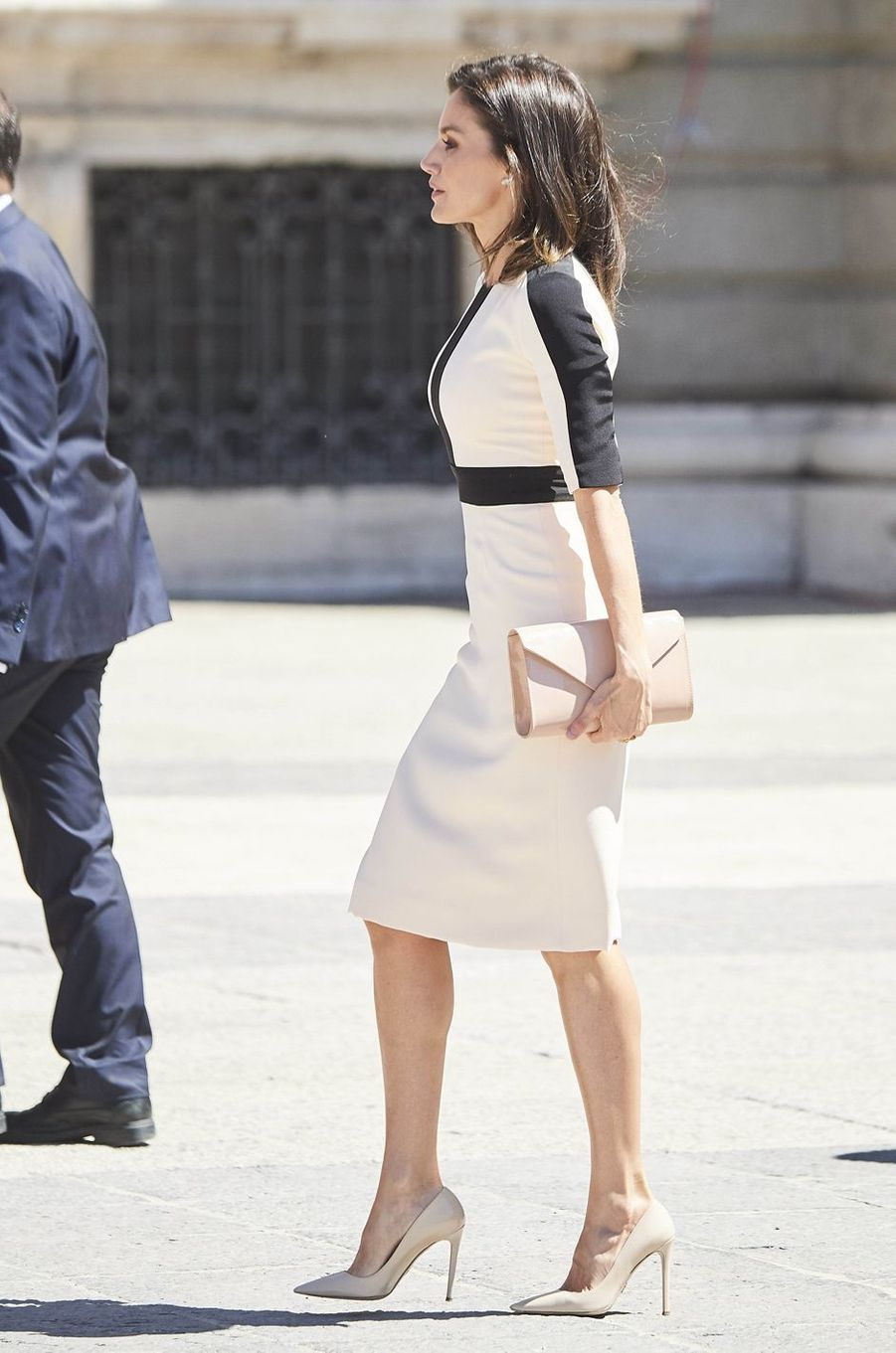 La reine Letizia d'Espagne dans une robe bicolore à Madrid, le 13 mai 2019