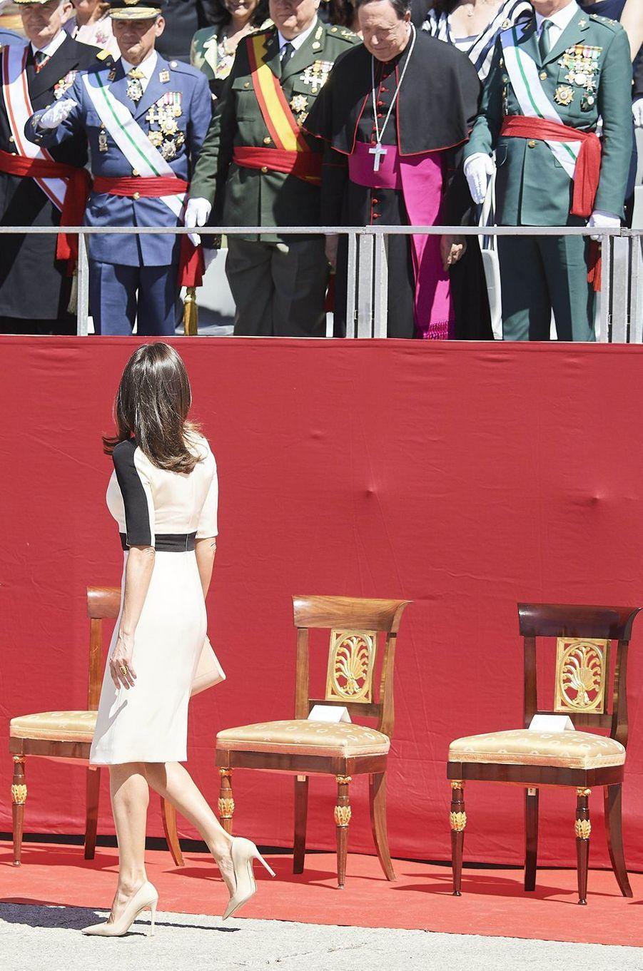 La reine Letizia d'Espagne, de dos, à Madrid le 13 mai 2019