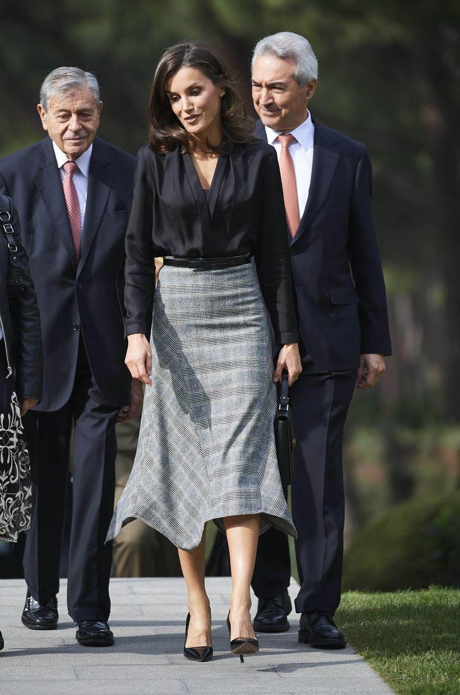 La reine Letizia d'Espagne chic et sobre à Madrid, le 30 octobre 2019