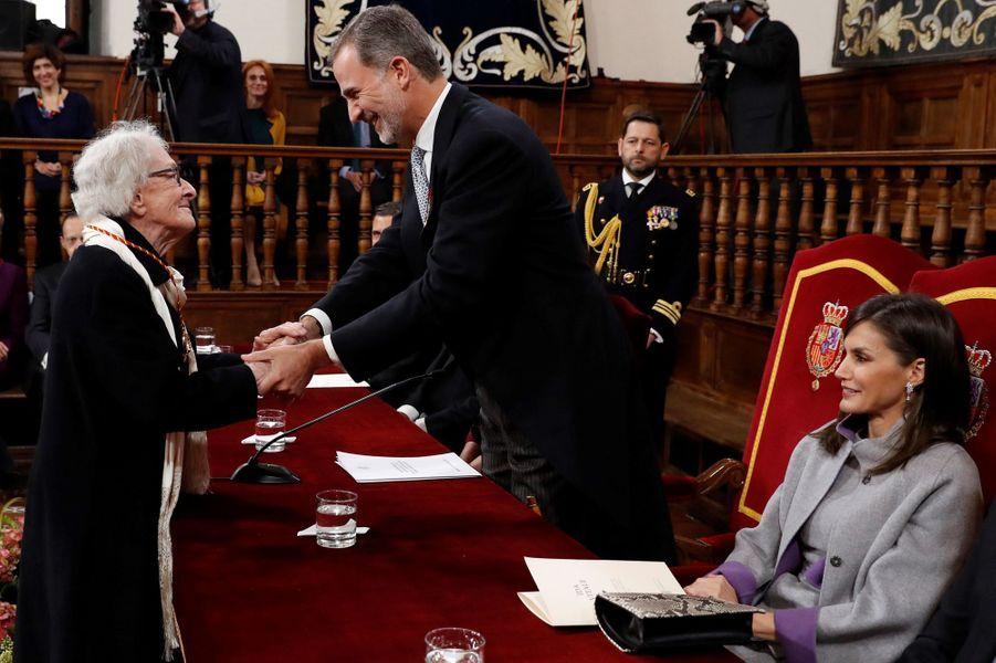 La reine Letizia et le roi Felipe VI d'Espagne avec l'écrivaine uruguayenne Ida Vitale à Alcalá de Henares, le 23 avril 2019