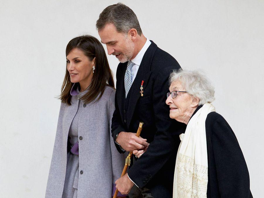 La reine Letizia et le roi Felipe VI d'Espagne avec l'écrivaine Ida Vitale à Alcalá de Henares, le 23 avril 2019