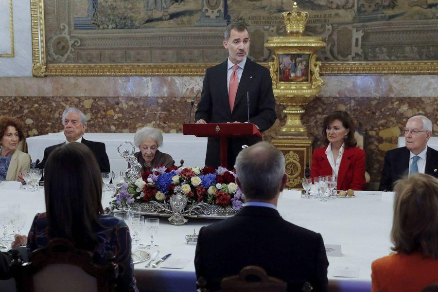 La reine Letizia et le roi Felipe VI d'Espagne avec l'écrivaine Ida Vitale, à Madrid le 24 avril 2019