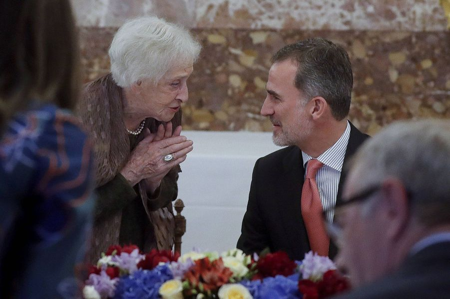 Le roi Felipe VI d'Espagne avec l'écrivaine Ida Vitale, à Madrid le 24 avril 2019