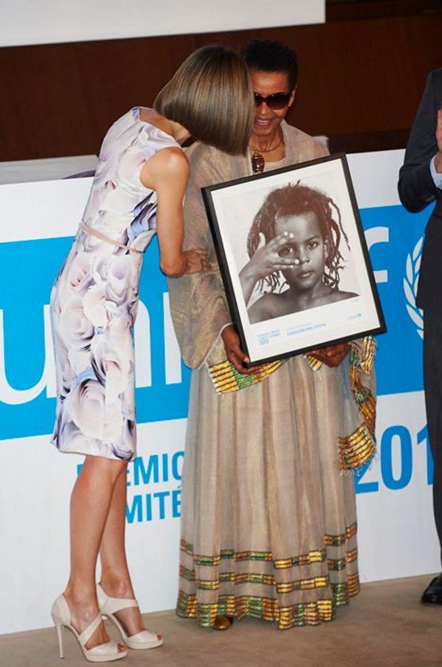 La reine Letizia d'Espagne remet les prix 2015 de l'Unicef à Madrid, le 23 juin 2015