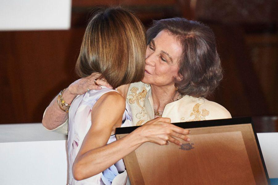 La reine Letizia d'Espagne remet un prix 2015 de l'Unicef à l'ex-reine Sofia à Madrid, le 23 juin 2015