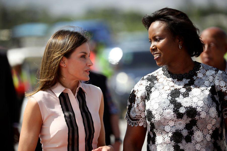 La reine Letizia d'Espagne avec la Première dame d'Haïti à Port-au-Prince, le 22 mai 2018