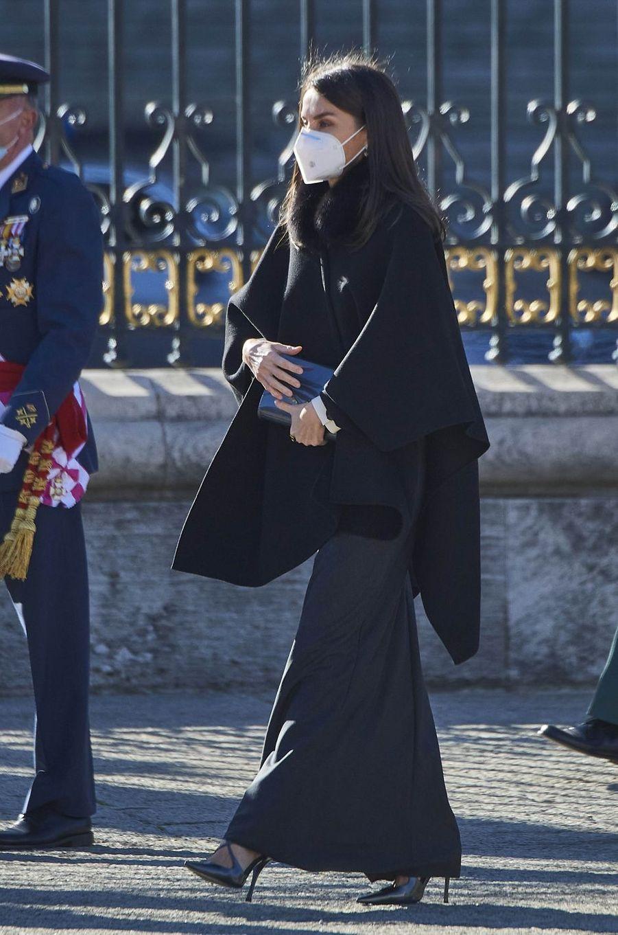 La reine Letizia d'Espagne tout de noir vêtue à Madrid, le 6 janvier 2021