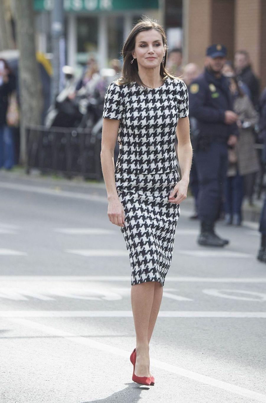 La reine Letizia d'Espagne en imprimé pied-de-coq, le 18 février 2019 à Cordoue