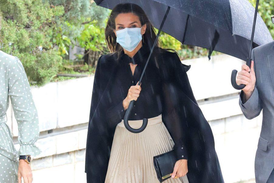 La reine Letizia d'Espagne sous la pluie, le 22 octobre 2020 à Madrid