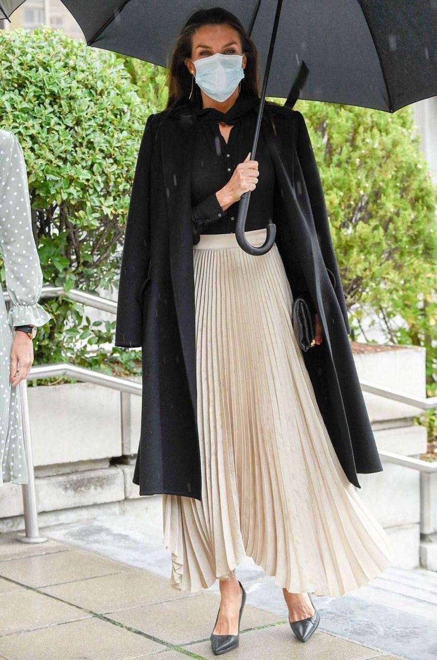 La reine Letizia d'Espagne, dans une jupe Massimo Dutti, à Madrid le 22 octobre 2020