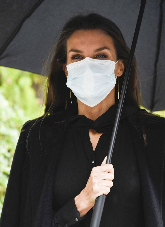 La reine Letizia d'Espagne sous la pluie à Madrid, le 22 octobre 2020
