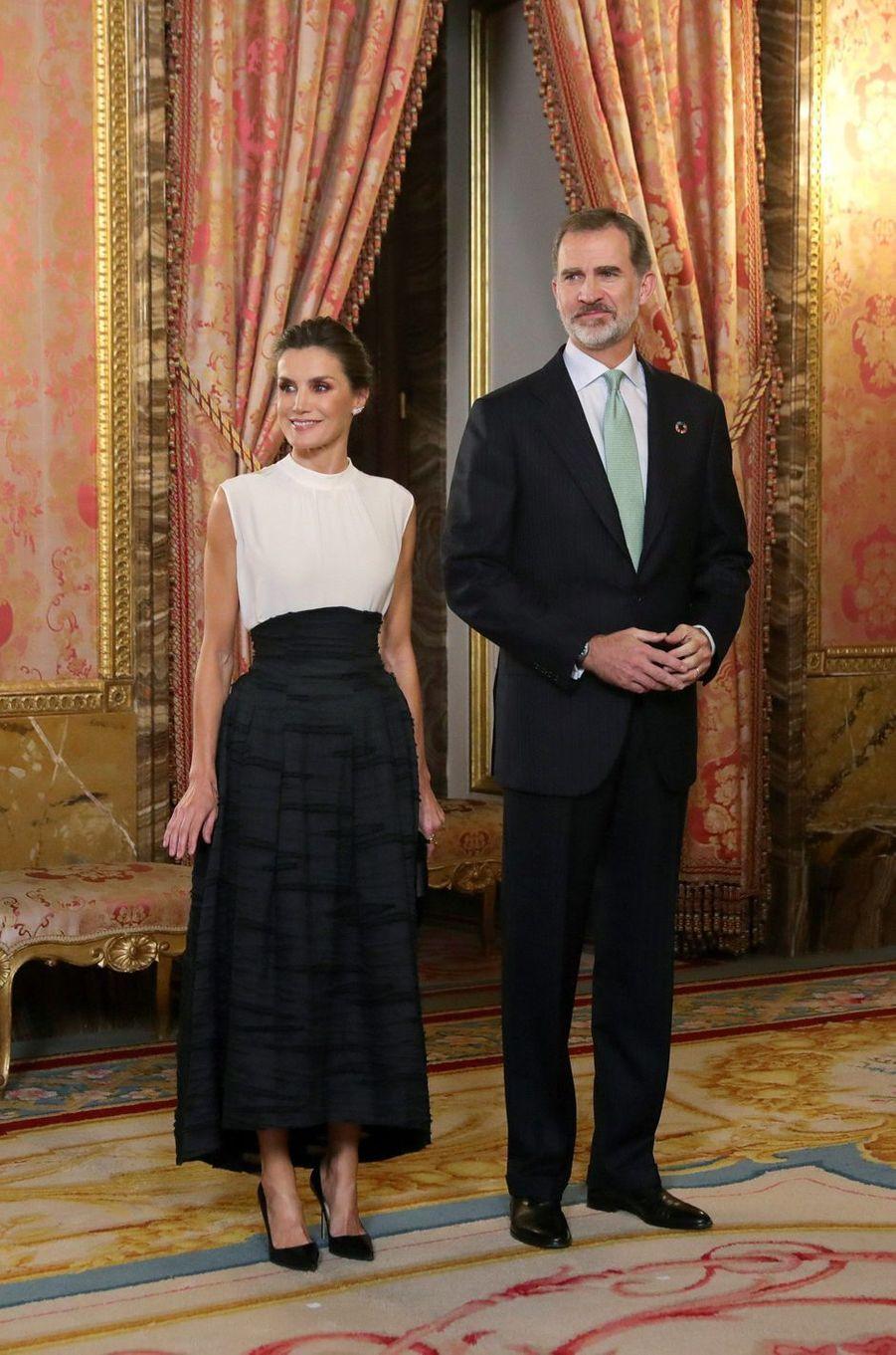 La reine Letizia, dans une jupe H&M Conscious Exclusive, et le roi Felipe VI d'Espagne à Madrid, le 2 décembre 2019