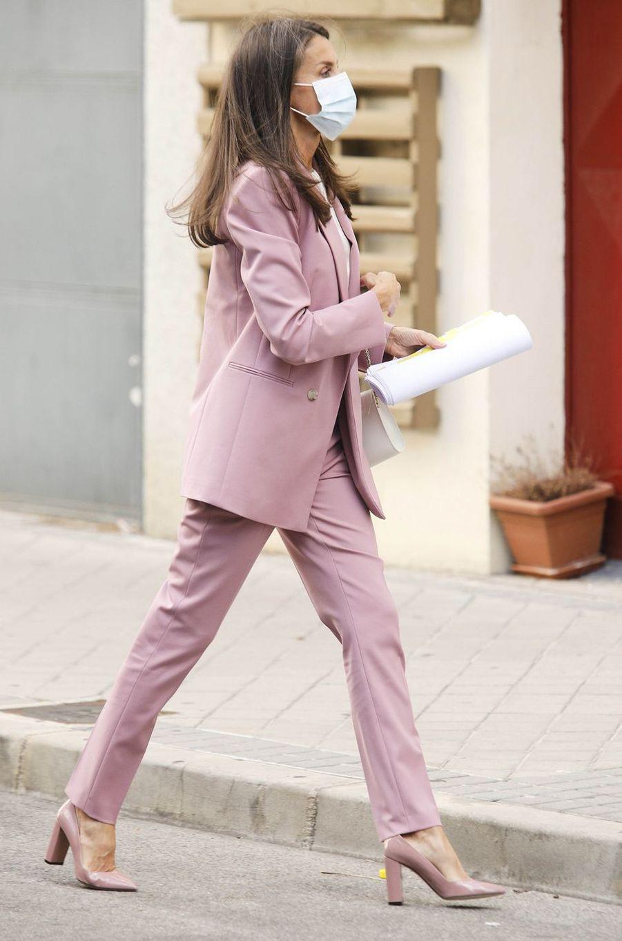 La reine Letizia d'Espagne en rose et blanc à Madrid, le 24 septembre 2020