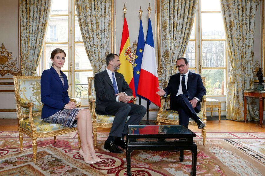 La reine Letizia et le roi Felipe VI, avec François Hollande, à l'Élysée à Paris, le 24 mars 2015