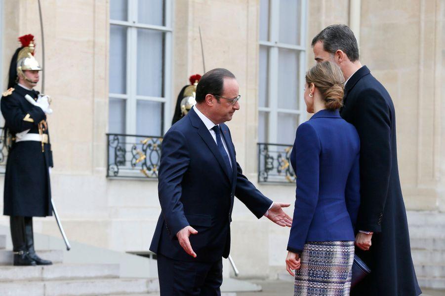 La reine Letizia et le roi Felipe VI, avec François Hollande, dans la cour de l'Élysée à Paris, le 24 mars 2015