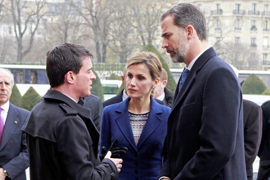 La reine Letizia et le roi Felipe VI d'Espagne, avec Manuel Valls, dans la cour des Invalides à Paris, le 24 mars 2015