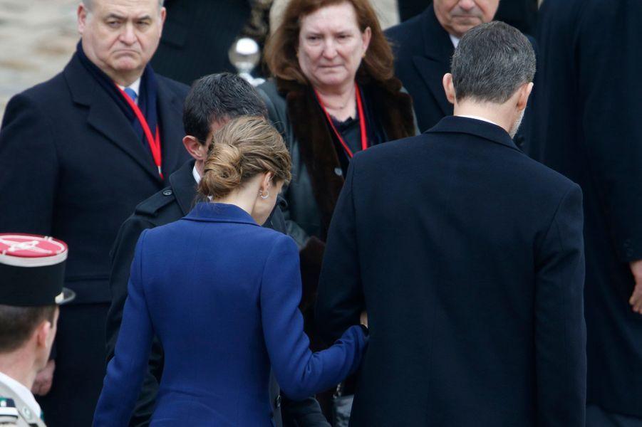 La reine Letizia et le roi Felipe VI d'Espagne dans la cour des Invalides à Paris, le 24 mars 2015