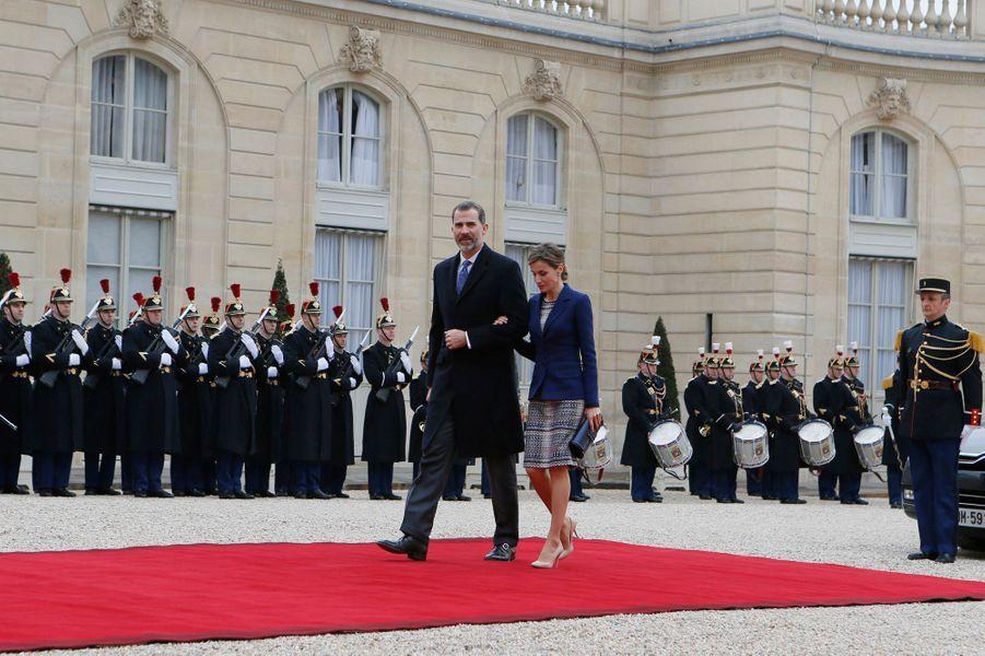 La reine Letizia et le roi Felipe VI dans la cour de l'Élysée à Paris, le 24 mars 2015