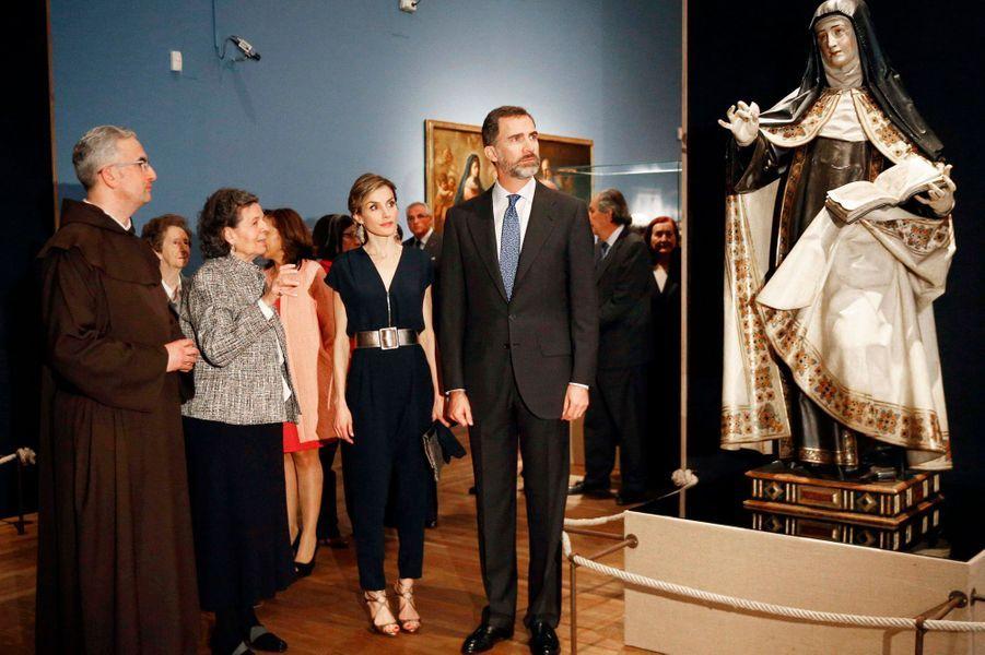 La reine Letizia et le roi Felipe VI d'Espagne inaugurent l'exposition sur sainte Thérèse d'Avila à Madrid, le 11 mars 2015