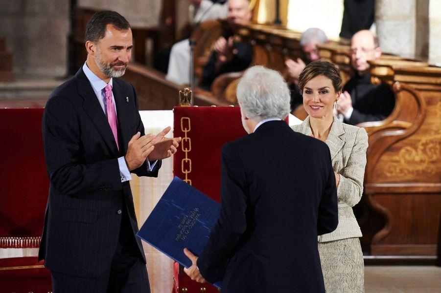 Avec la reine Letizia, le roi Felipe VI remet le Prix du Prince de Viana de la culture 2015, le 10 juin 2015