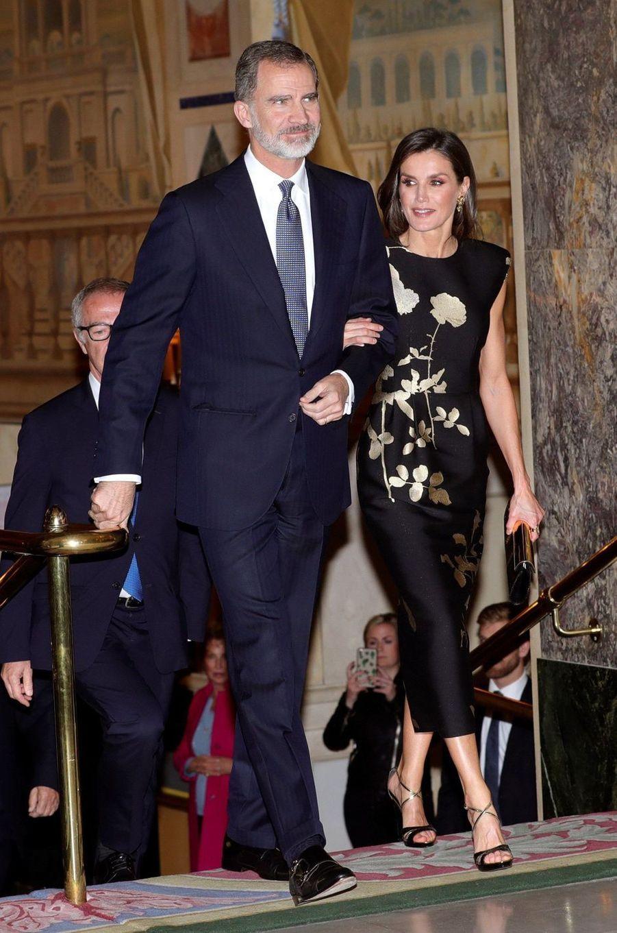 La reine Letizia et le roi Felipe VI d'Espagne, dans une robe Dries Van Noten, à Madrid le 28 novembre 2019