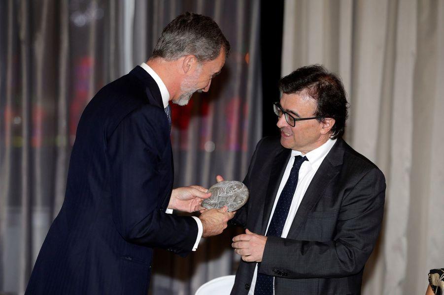 """Le roi Felipe VI d'Espagne remet le prix du journalisme """"Francisco Cerecedo"""" à Javier Cercas à Madrid, le 28 novembre 2019"""