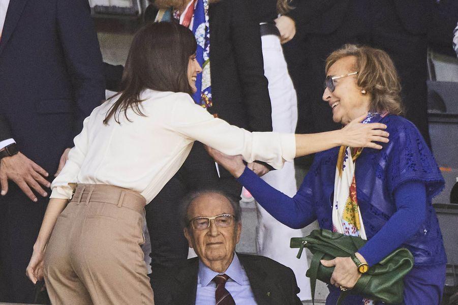 La reine Letizia d'Espagne, de dos, à Salamanque le 8 mars 2020