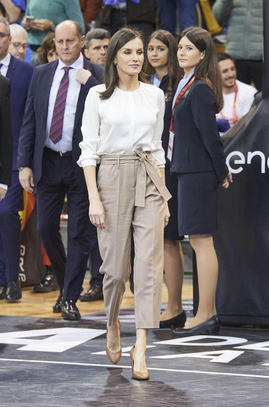 La reine Letizia d'Espagne en beige et blanc à Salamanque, le 8 mars 2020