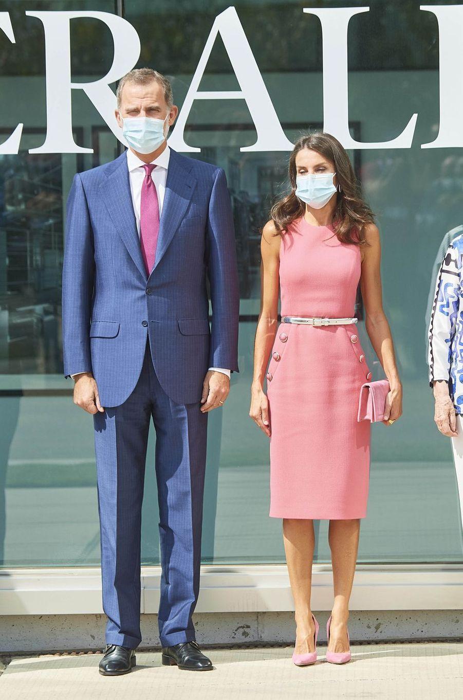 La reine Letizia, dans une robe Michael Kors, et le roi Felipe VI d'Espagne à Villanueva de Gallego, le 16 septembre 2020
