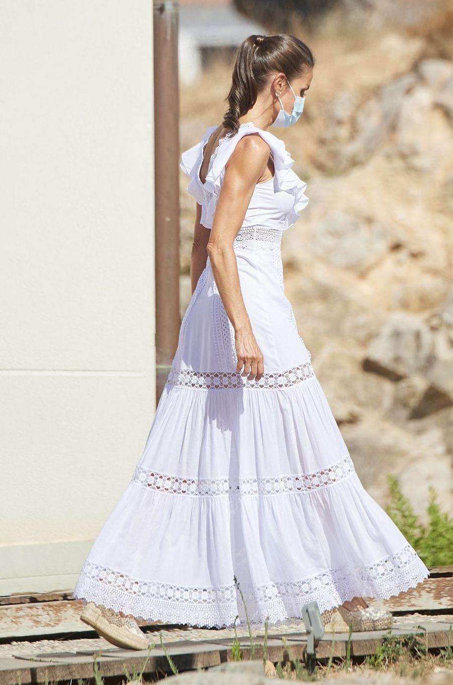 La reine Letizia d'Espagne dans une robe Charo Ruiz sur l'île d'Ibiza, le 17 août 2020