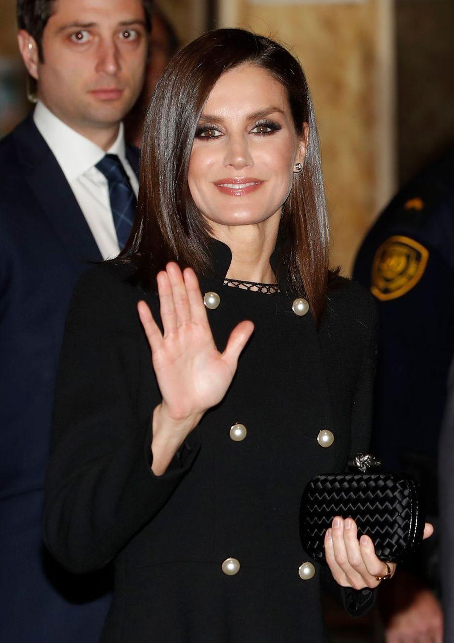 La reine Letizia d'Espagne à Madrid, le 3 décembre 2019. Seul le haut de sa robe est visible