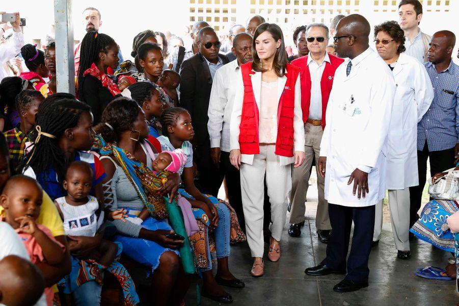 La reine Letizia d'Espagne au centre de santé de Manhiça à Maputo au Mozambique, le 29 avril 2019