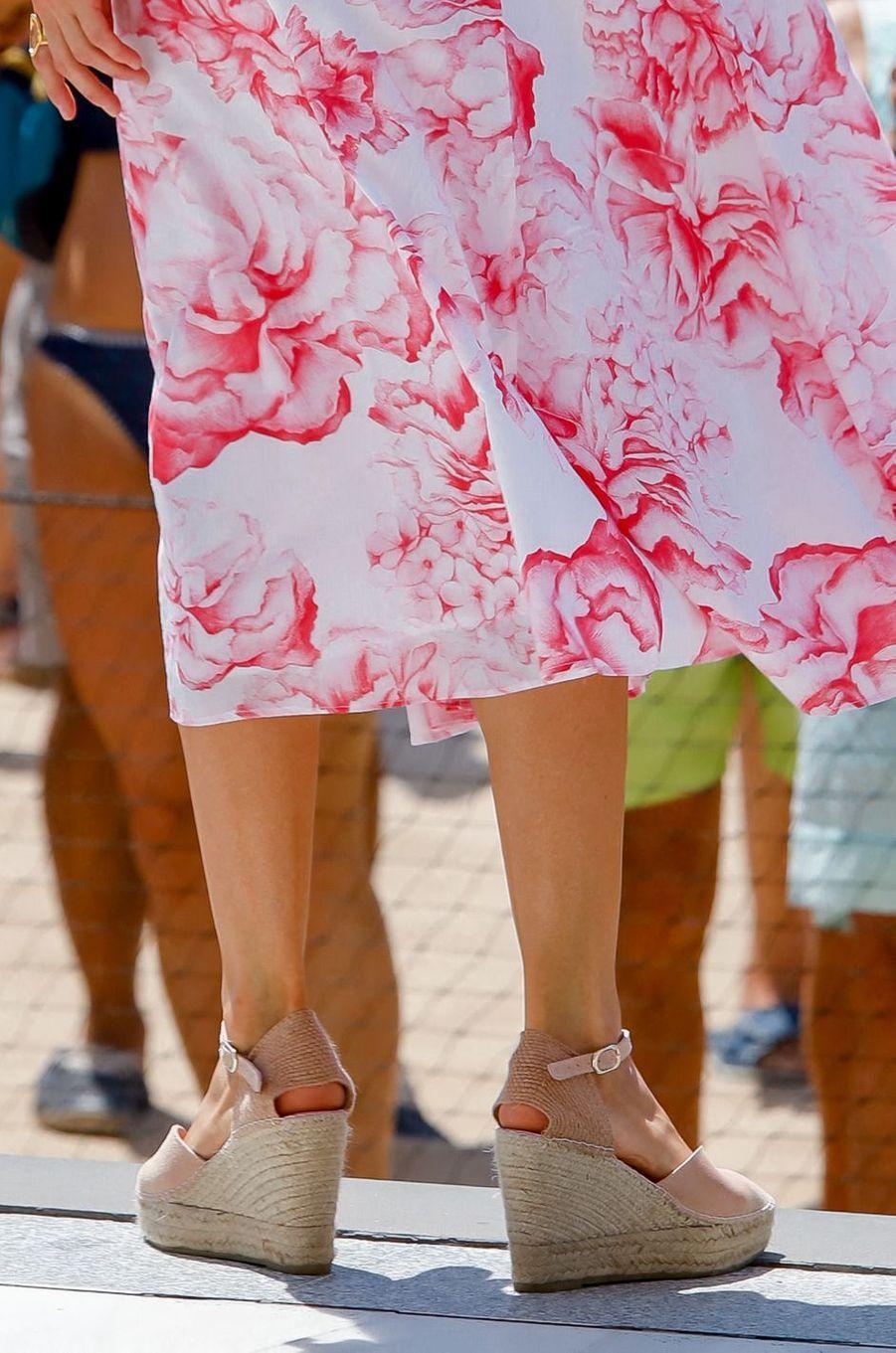 Les chaussures de la reine Letizia d'Espagne à Benidorm, le 3 juillet 2020