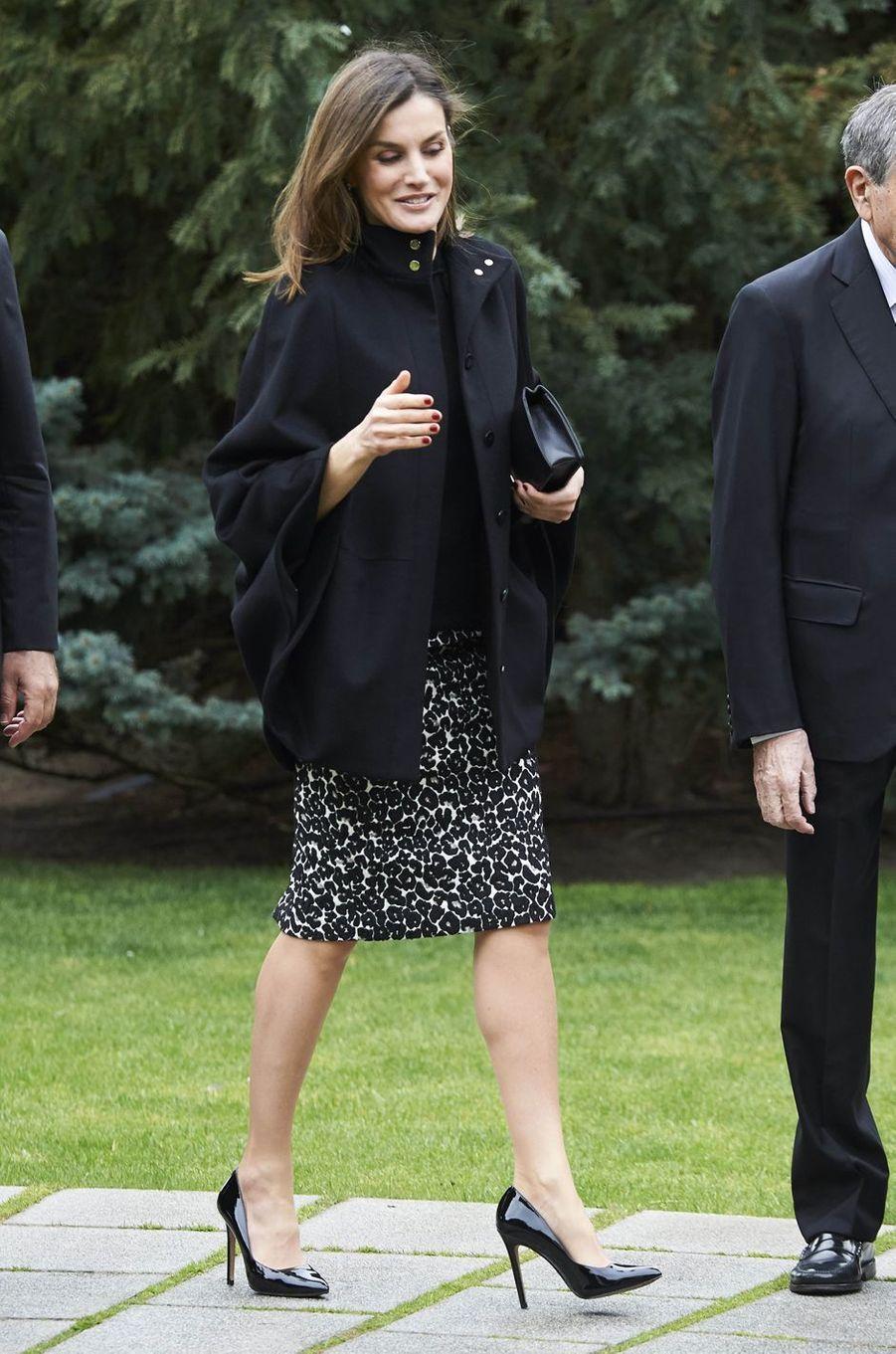 La reine Letizia d'Espagne porte sa jupe léopard noire et blanche à Madrid, le 9 avril 2018