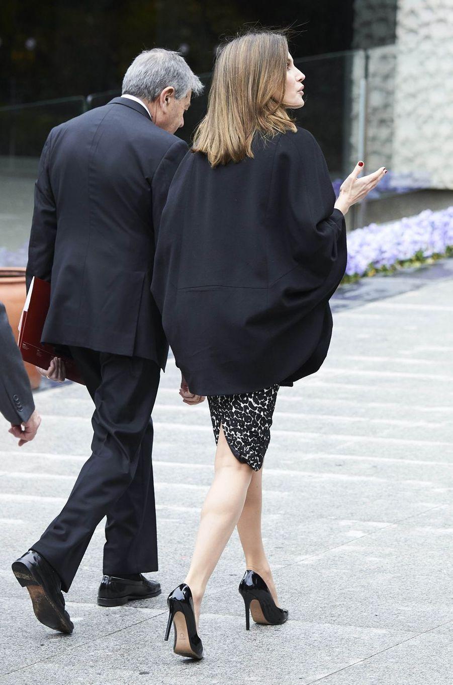 La reine Letizia d'Espagne, de dos, à Madrid le 9 avril 2018