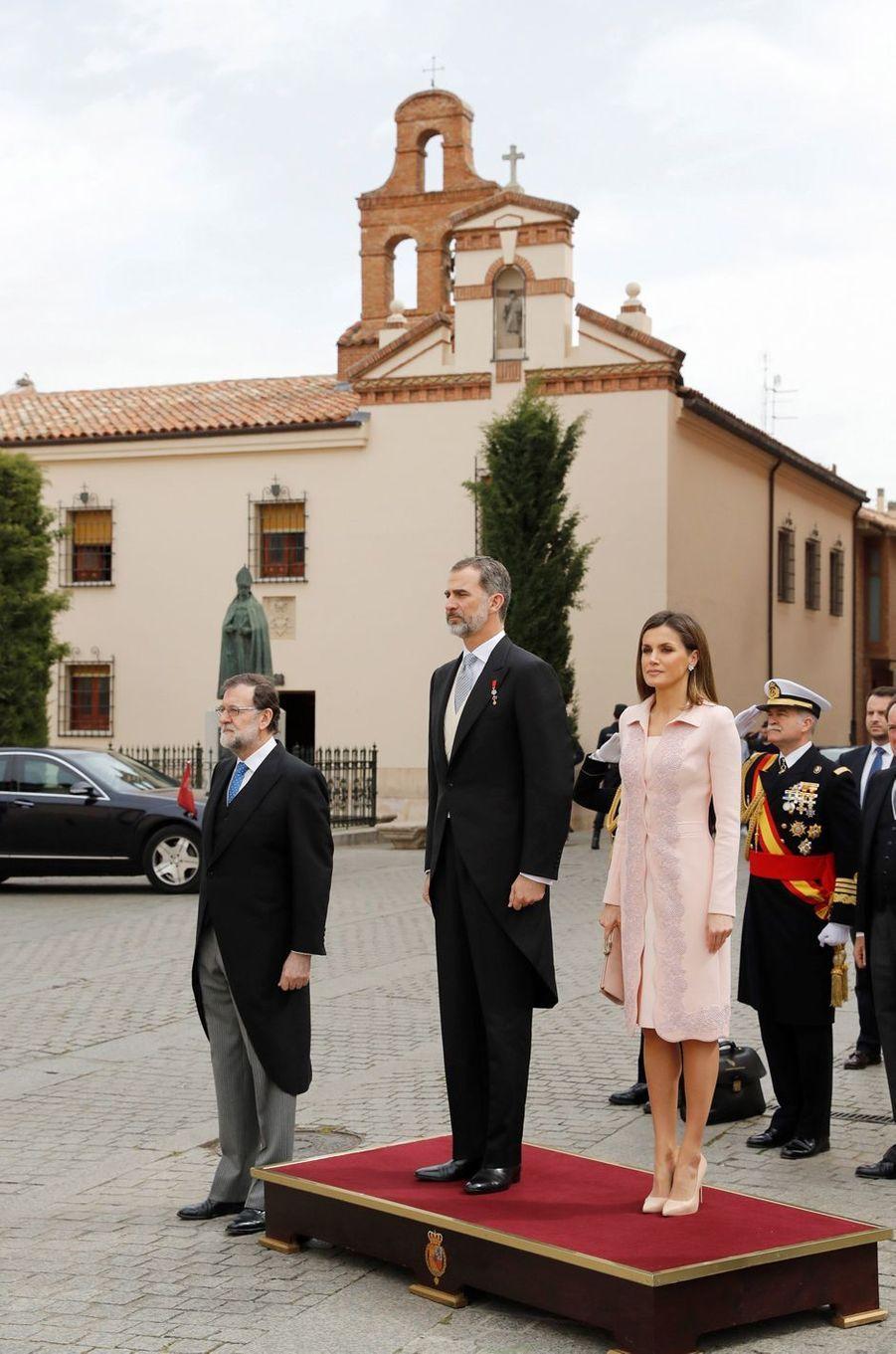 La reine Letizia et le roi Felipe VI d'Espagne avec Mariano Rajoy à Alcala de Henares, le 23 avril 2018