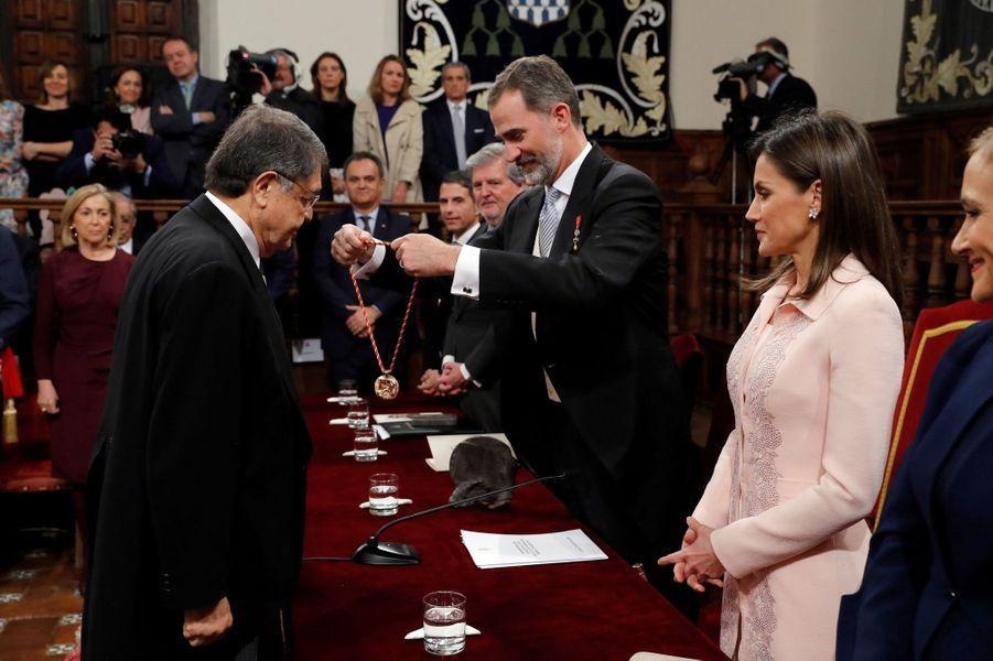 La reine Letizia et le roi Felipe VI d'Espagne avec Sergio Ramirez à Alcala de Henares, le 23 avril 2018
