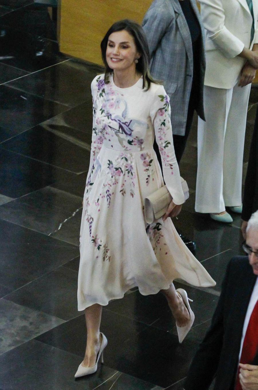 La reine Letizia d'Espagne dans une robe brodée Asos à Saragosse, le 7 mai 2019
