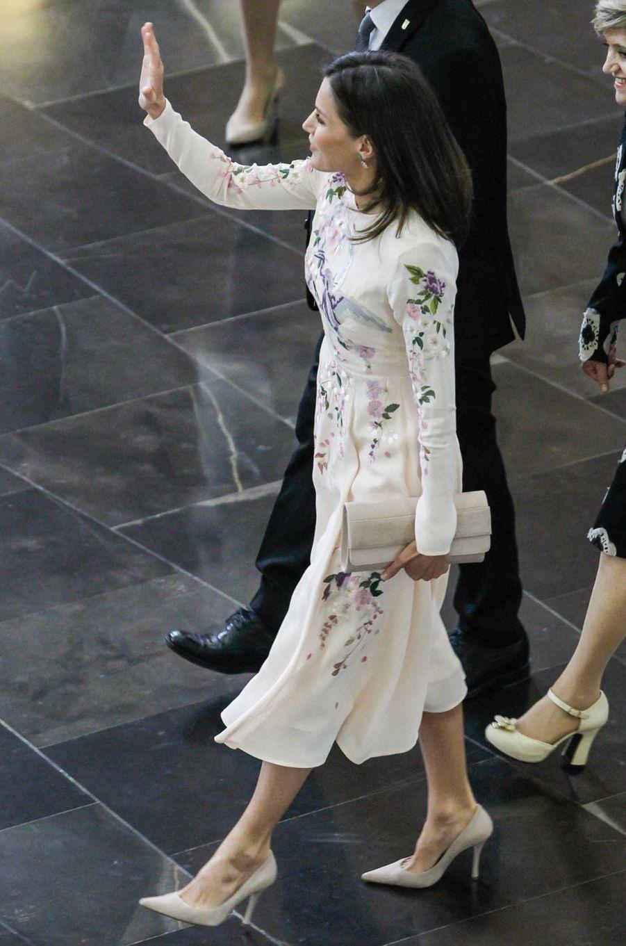 La reine Letizia d'Espagne dans une robe Asos à Saragosse, le 7 mai 2019