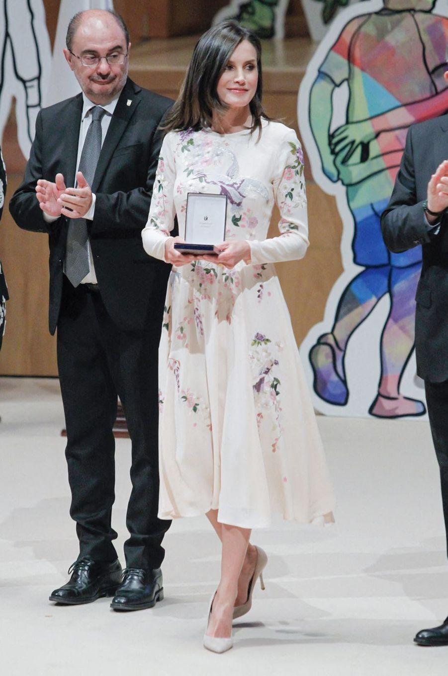 La reine Letizia d'Espagne remet les médailles d'or de la Croix-Rouge à Saragosse, le 7 mai 2019